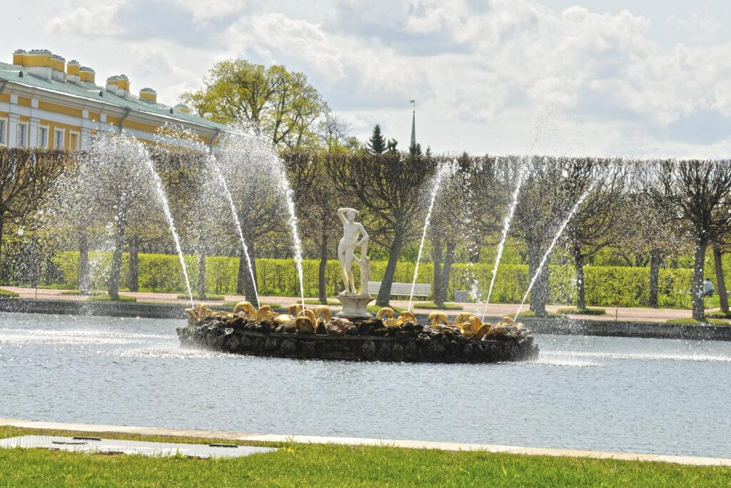 Фонтан Квадратных прудов в Верхнем саду Петергофа