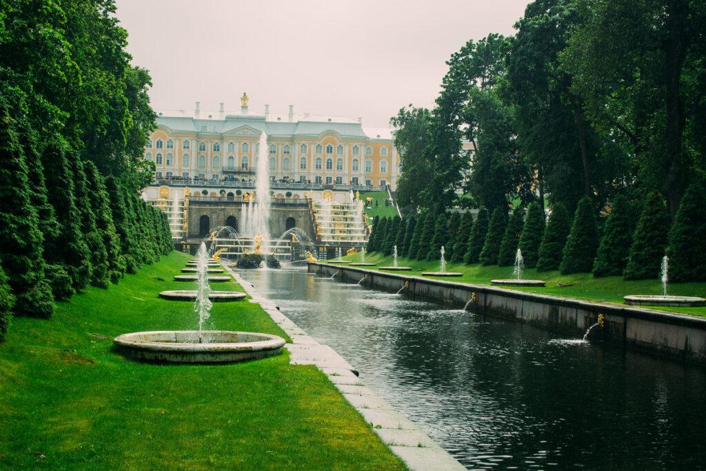 Фотография аллеи фонтанов в Петергофе