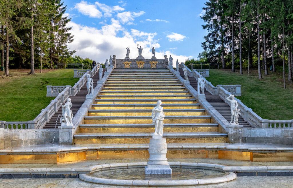 Фотография фонтана Золотая гора в Петергофе