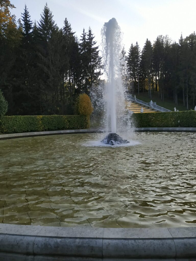 Фотография менажерного фонтана в Петергофе